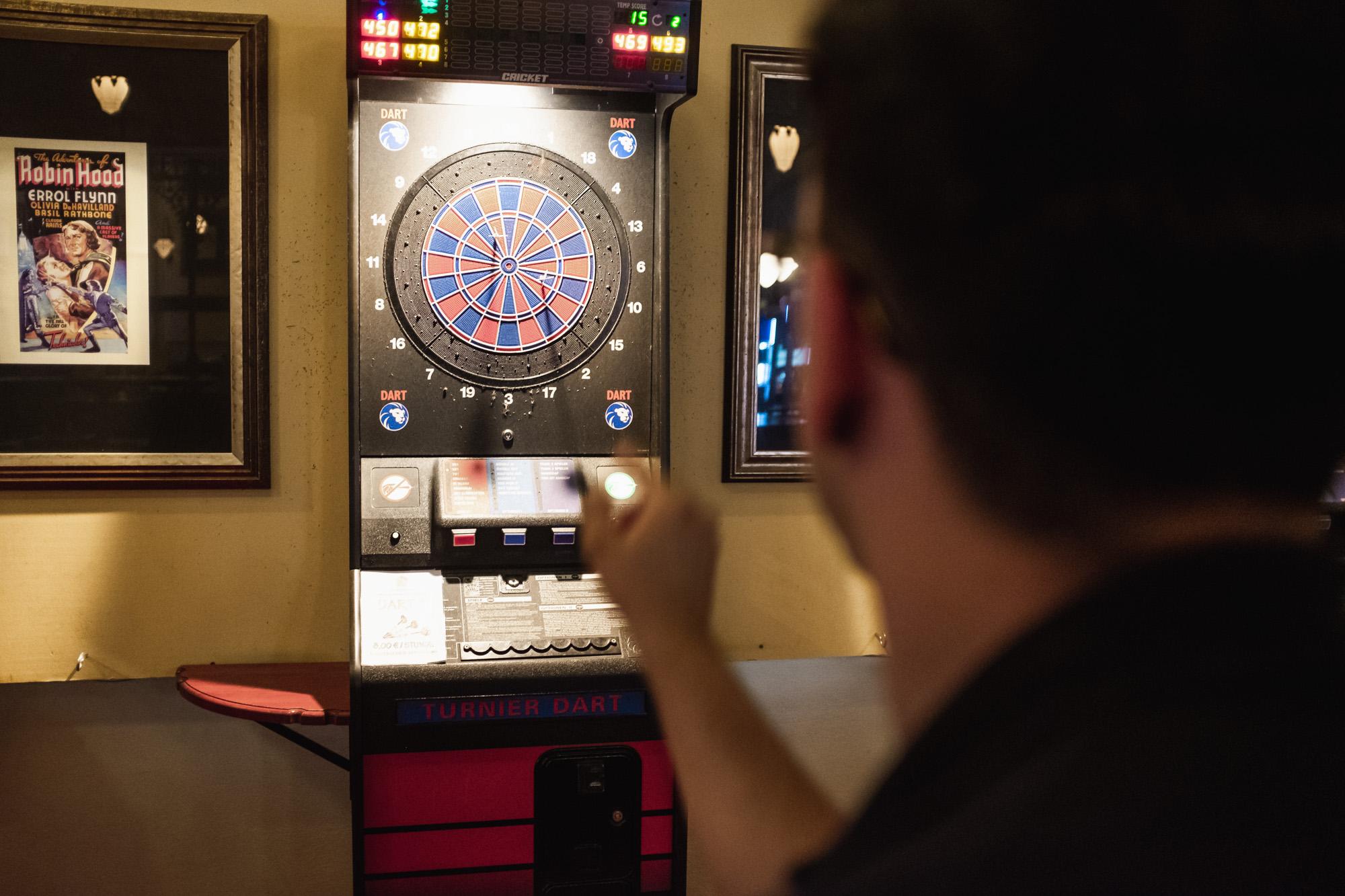Junge beim Dartspielen
